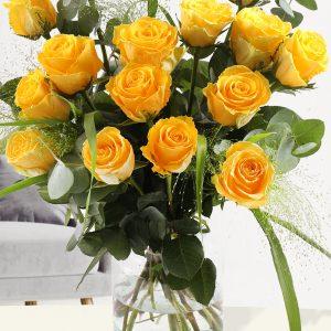 Geel rozenboeket met panicum en eucalyptus | Rozen online bestellen & versturen | Surprose.nl