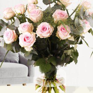 Zachtroze rozenboeket met panicum en eucalyptus | Rozen online bestellen & versturen | Surprose.nl