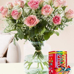 15 roze rozen met gipskruid en Tony's Chocolonely Tiny 200g | Rozen online bestellen & versturen | Surprose.nl